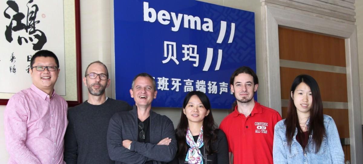 De izquierda a derecha en la foto – Bruce Wei (partner logístico), José Masip (presidente), Espartaco Saez (director comercial), Lily Xiao (gerente Beyma China), Nacho Botella (ingeniero acústico Beyma China) y Macy (asistente de ventas Beyma China).