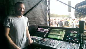 Johnny Kierle con la consola SSL Live en WOMAD 2014