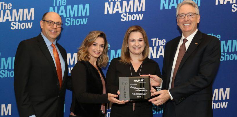 Izzo recibe premio en NAMM Show