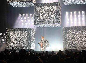 Shania Twain brilla con MagicPanel-602 de Ayrton