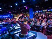 Low Key Piano Bar de Arizona sus con los altavoces QSC K.2